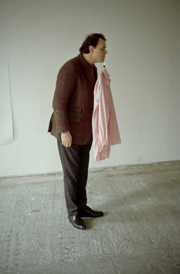 Erwin Wurm (*1954); One Minute Sculptures, 1997; c-print, 45 x 30 cm; courtesy: Centre Georges Pompidou, Paris; FRAC Limousin, Limoges © Studio Wurm / VG Bild-Kunst, Bonn 2014